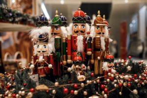 Двенадцать новогодних ярмарок Петербурга — с пряным глинтвейном, блинной лавкой и балетом «Щелкунчик» на большом экране