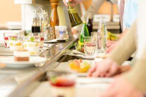 Как вести себя в отеле и ресторане, чтобы соблюсти этикет? Ответьте на вопросы о бассейне, шведском столе и общении с официантом