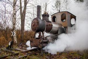 Петербуржец с детства мечтал о собственной железной дороге — и построил ее у себя на даче! Теперь он ездит там на самодельном паровозе