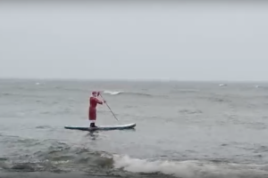 Петербург, конец декабря, Дед Мороз бороздит на сапе Финский залив. С Новым годом!