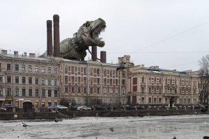 Художник Вадим Соловьев добавляет на фото Петербурга гигантских животных. Он поместил ящера на Дворцовую и осьминога во дворы Петроградской