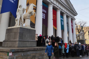 Петербуржцы и туристы стоят в многометровых очередях в Эрмитаж, Манеж и Русский музей — вот как это выглядит