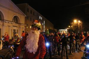 По центру Петербурга проехала толпа велосипедистов в новогодних костюмах. Посмотрите фотографии