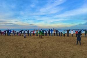 Петербуржцы выстроились в «живой щит» у пляжа на Финском заливе. Они выступают против строительства дороги