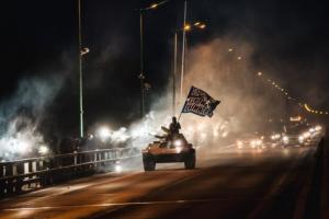 Фанаты «Зенита» проехали на танке по Ладожскому мосту и зажгли файеры в честь Дня прорыва блокады