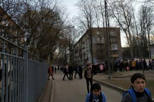 В Приморском районе школьников эвакуировали на улицу без курток. В учебном заведении говорят, что их одевали на ходу