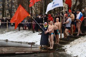 В парке Победы прошел заплыв моржей в честь годовщины снятия блокады Ленинграда. Три фото