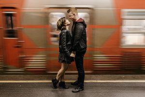 Почему любовные отношения становятся всё более рациональными, с чем связана тревожность в обществе и из-за чего все хотят быть особенными? Рассказывает социолог