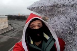 Петербургские руферы забрались на вершину ели на Дворцовой площади