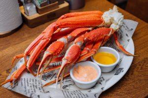 В Петербурге открылся московский Boston Seafood & Bar — с креветочным баром и крабовыми супами