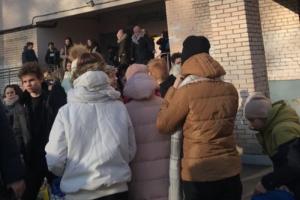 В Петербурге ученикам пришлось идти километр до другой школы из-за эвакуации — родители заявили, что им не дали одеться и держали на морозе. Школы это отрицают