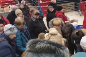 В магазине Spar в Невском районе распродают последние товары — там покупатели борются из-за стирального порошка и моющих средств