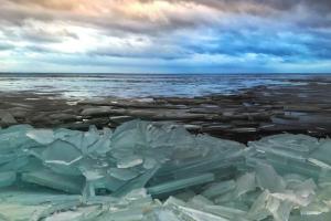 Гигантские льдины — на фоне мрачного неба и «Лахта Центра». Так сегодня выглядит побережье Финского залива