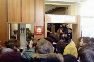 В Петербурге на заседание по делу «Сети» пришли около 150 человек. Они ждали начала 3,5 часа, но слушание перенесли