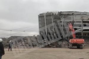 Рабочие снесли последнюю часть фасада СКК