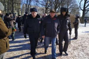 На марше памяти Немцова в Петербурге и после него задержали минимум девять человек