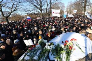 На марш памяти Немцова пришло около 2 тысяч петербуржцев, они несли цветы к памятнику жертвам репрессий. Одно фото