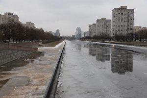 Новосмоленскую набережную после ремонта за 80 млн рублей постоянно затапливает. Осенью там плавают птицы, а зимой можно кататься на коньках