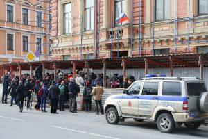 На суд по делу «Сети» в Петербурге не пустили десятки журналистов и активистов. Как они ждали заседания в очереди — одно фото