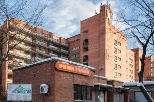 Суд постановил принудительно вернуть в карантин еще одну сбежавшую из Боткинской больницы петербурженку