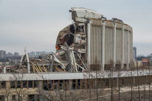 Крышу СКК демонтировали в спешке и с нарушением правил безопасности. Что стало известно об обрушении и гибели рабочего