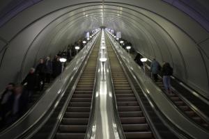 В петербургском метрополитене рассказали, почему пассажиров просят не сидеть на эскалаторах и держаться за поручни