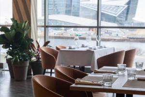 На Приморском проспекте открылся ресторан Mais от Ginza Project — с видом на башню «Лахта Центра»