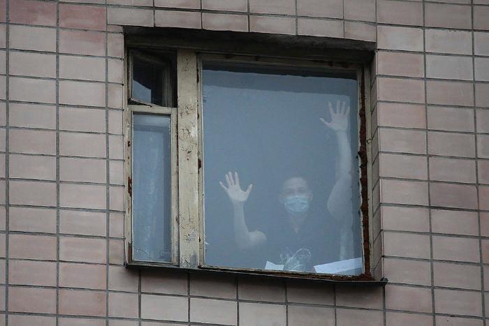 Петербургских студентов на две недели закрыли в карантине в общежитии. Как они живут, чем питаются и что думают о профилактике коронавируса