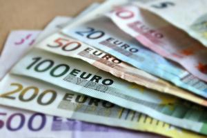 Курс доллара на Московской бирже превысил 80 рублей. Цены на нефть обновили рекорды падения 2000-х годов