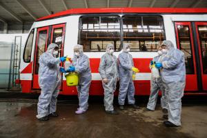 В Петербурге из-за коронавируса дезинфицируют трамваи — в костюмах химзащиты, масках и с распылителями