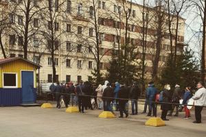 Петербургское предприятие бесплатно разливает антисептик — в очередь выстроились десятки горожан. Вот как это выглядит