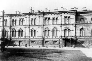 У дома на Гагаринской улице есть сайт. Жители публикуют там архивные фотографии и обсуждают проблемы здания