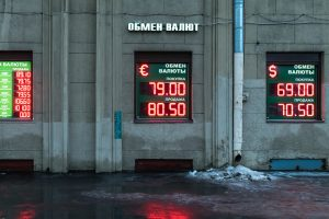 Почему падает рубль, будет ли финансовый кризис и какие товары подорожают? Экономисты — о последствиях обвала цен на нефть