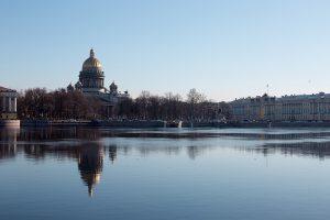 В Петербурге ввели режим самоизоляции, в Ленобласти ограничивают передвижение. Что об этом известно