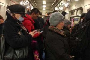 Петербуржцы жалуются на давку в метро из-за увеличенных интервалов движения. В метрополитене объяснили, как решают эту проблему