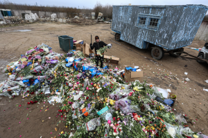 В Петербурге уничтожили сотни непроданных букетов — это акция цветочных ретейлеров, которые не могут работать из-за коронавируса. Одно фото