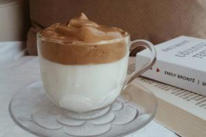 Чем заняться на самоизоляции? Приготовить «взбитый кофе» —главный тренд соцсетей: вот как это делают пользователи