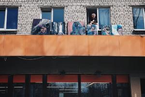 Зеркальная инсталляция на балконе и выставка на козырьке здания. Как петербуржцы участвуют в марафоне Музея стрит-арта и создают уличное искусство дома