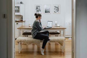 Как проводить совещания с коллегами из дома? А можно ли садиться за ноутбук в пижаме? Инструкция для продуктивной работы в самоизоляции
