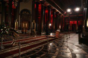 Пасхальная служба в Петербурге прошла без прихожан. Фото из пустого Казанского собора