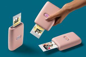 Устройства Instax позволяют обрабатывать и печатать фото — и даже записывать звук. А еще их можно заказать с доставкой на дом
