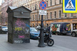 Граффити на стенах и объявления об аренде. Как выглядит Невский проспект во время пандемии