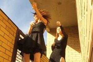 Как петербуржцы устраивают вечеринки и концерты на балконах во время самоизоляции