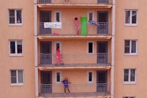 Десятки петербуржцев танцуют на балконах под песню «Плачу на техно» — это флешмоб, который запустил Александр Гудков