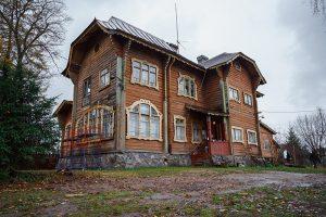 Как в Петербурге за два дня собрали 100 тысяч рублей на реставрацию витражей дачи Прибыткова — в особняке начала ХХ века расположена сельская библиотека