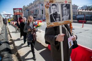 Несколько петербуржцев вышли в центр города с портретами погибших родственников, несмотря на отмену шествия «Бессмертного полка»