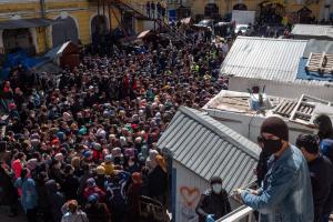 Около 200 петербуржцев пришли за бесплатной едой на Сенной рынок — за это организатора акции оштрафовали. Одно фото
