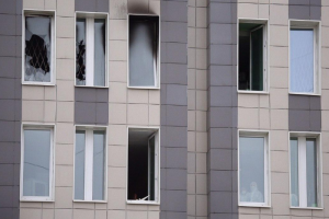 Обгоревшие рамы, разбитые окна и люди в костюмах — как после пожара выглядит отделение больницы Святого Георгия, где погибли пятеро. Одно фото
