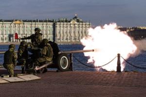 В День города у Петропавловской крепости выстрелили из пушек. Салют в этом году отменили из-за пандемии