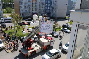 Артисты «Упсала-Цирка» на пожарной машине приехали к домам-интернатам в Петербурге. Они устроили перформанс перед окнами, чтобы подбодрить детей с инвалидностью